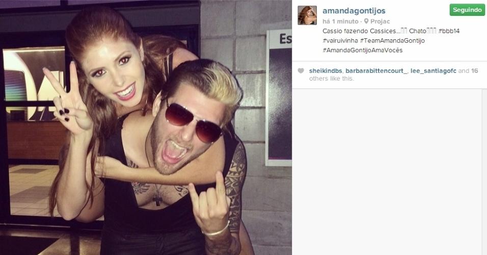 """24.mar.2014 - No Projac, Amanda posta foto junto com Cássio. """"Cassio fazendo Cassices...Chato #bbb14 #vairuivinha #TeamAmandaGontijo #AmandaGontijoAmaVocês"""""""