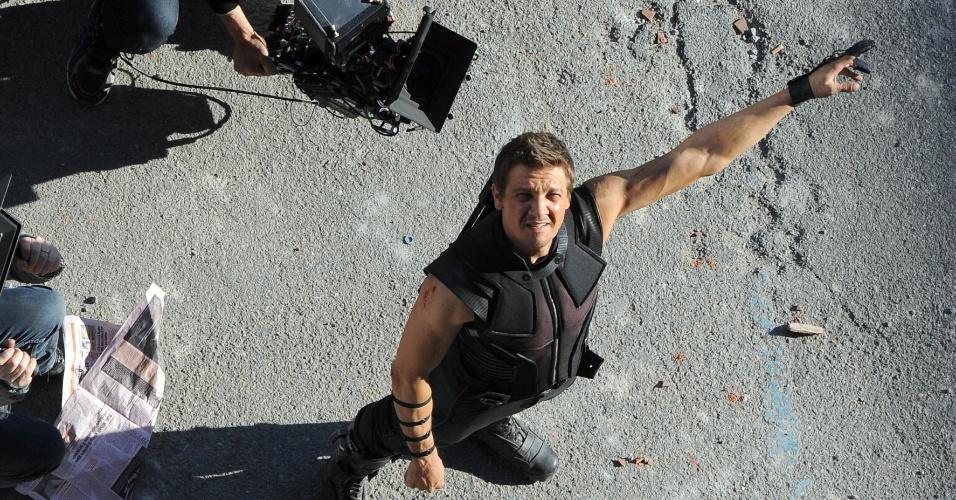 24.mar.2014 - O ator Jeremy Renner é visto em ação, gravando cenas para o mais novo filme da Marvel,