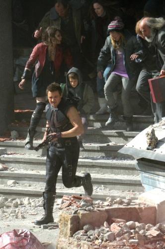 24.mar.2014 - Os atores Elizabeth Olsen (de jaqueta vermelha) e Jeremy Renner são vistos em ação, gravando cenas para o mais novo filme da Marvel,