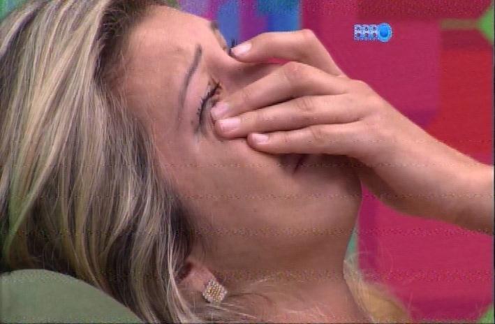 24.mar.2014 - Tatiele chora após presenciar a briga. A sister não queria ter ido ao paredão com Marcelo