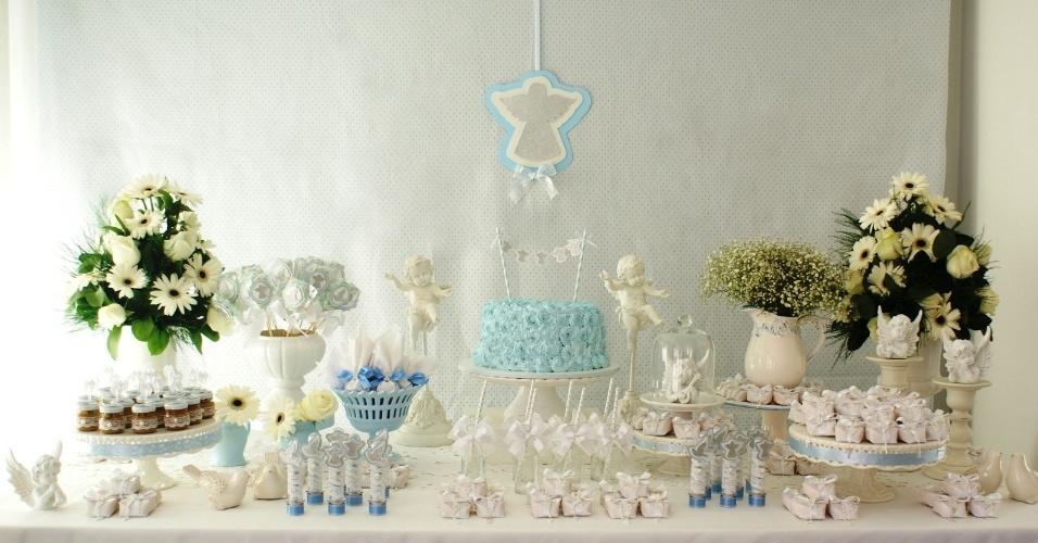 Na mesa deste batizado, decorada pela Frescurinhas Personalizadas (http://frescurinhaspersonalizadas.blogspot.com.br/), o tema era Anjinhos. Por isso mesmo, eles aparecem em toda parte, feitos de louça. As flores escolhidas pela empresa para compor a ambientação foram gérberas, rosas e mosquitinhos. O bolo, decorado com glacê, remete a um varal de anjinhos. Atrás da mesa de doces, a decoradora usou tecido para montar um painel e destacou um anjo, feito em três camadas de scrap, bem ao centro