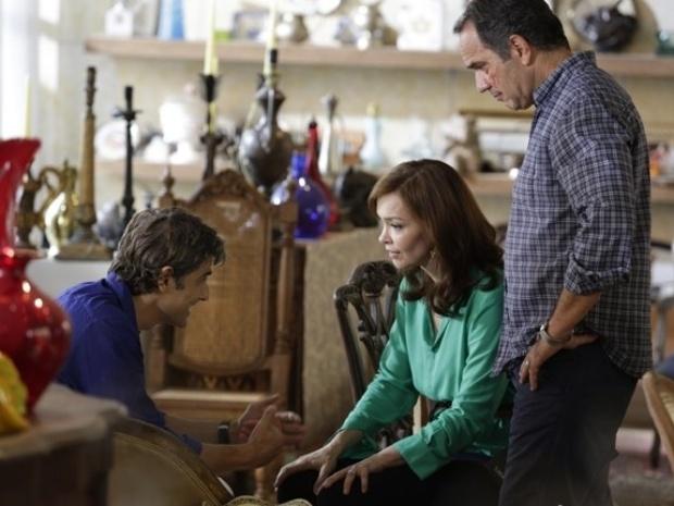 Helena fica chateada ao saber de parceria de Cadu com Laerte