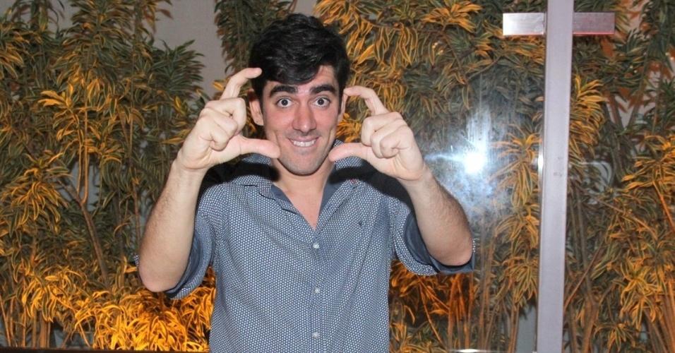 """24.mar.2014 - Marcelo Adnet faz pose na apresentação do humorístico """"Tá no Ar: A TV na TV"""", que estreia em abril, na Globo"""
