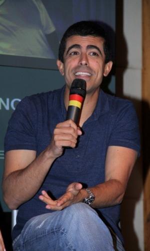 """24.mar.2014 - Marcius Melhen conversa com jornalistas sobre o humorístico """"Tá no Ar: A TV na TV"""", que estreia em abril, na Globo"""