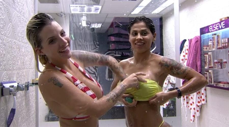 25.mar.2014 - No banho, Clara lava os seios da namorada Vanessa