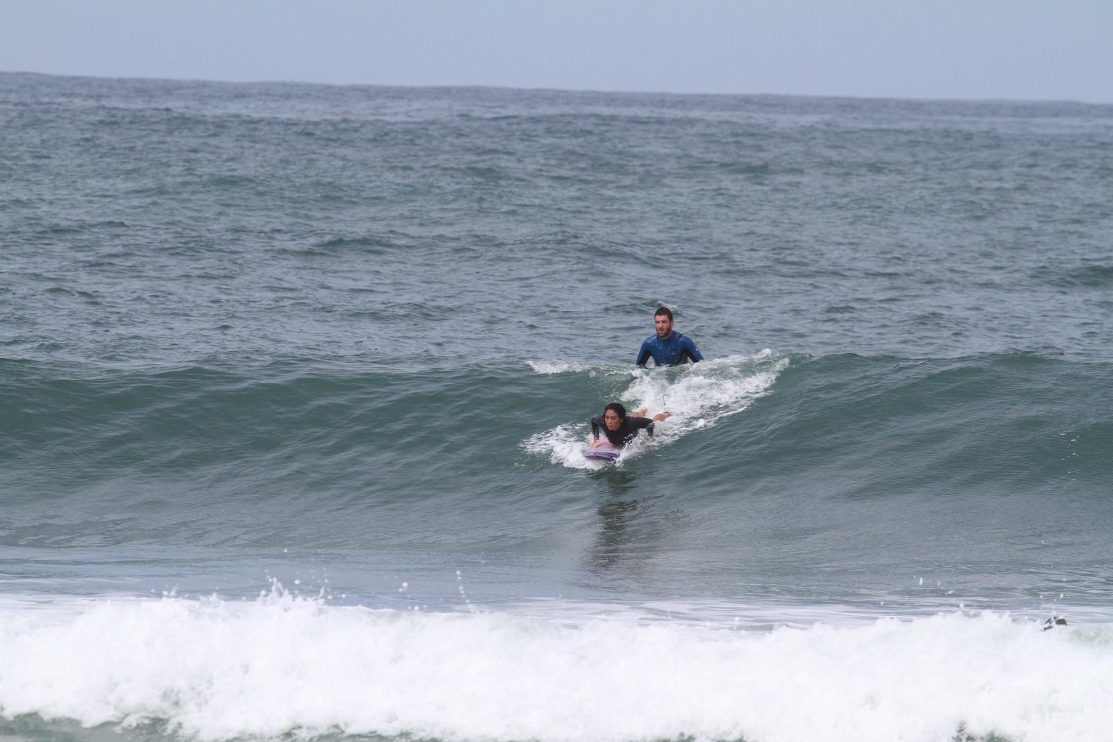 25.mar.2014 - A atriz Daniele Suzuki surfa na praia da Macumba, na zona oeste do Rio. Daniele é mãe de Kauai, de dois anos. O menino é fruto de sua relação com o empresário Fábio Novaes