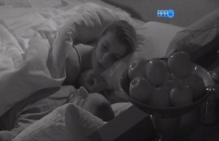 25.mar.2014 - Angela chora arrependida de votar em Marcelo. Valter consola a sister