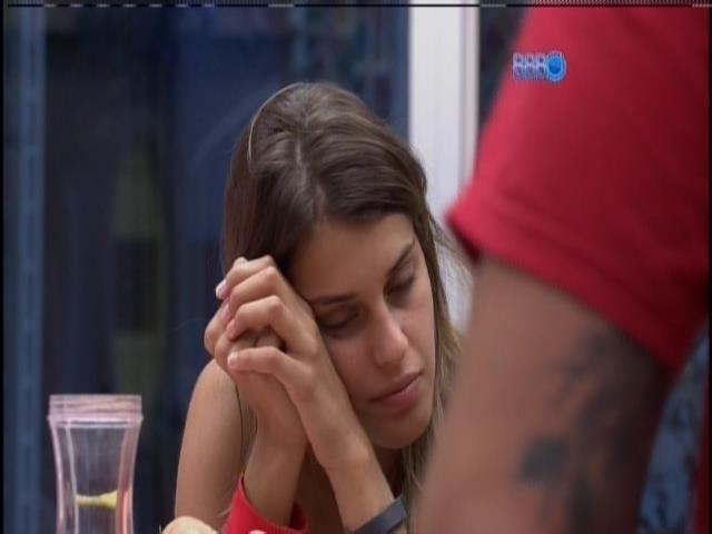 25.mar.2014 - Após voltarem as boas, Marcelo prepara café para Angela