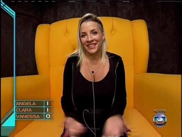 25.mar.2014 - Clara votou em Angela para o 16º paredão