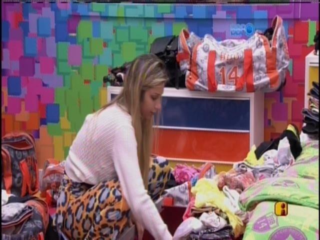25.mar.2014 - Emparedada, Tatiele arruma suas malas e Marcelo comenta: