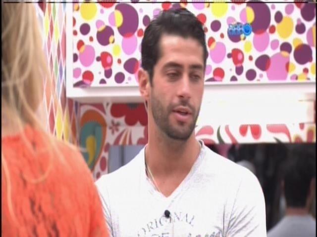 25.mar.2014 - Emparedados, Tatiele e Marcelo comentam um com o outro o que disseram no raio-x
