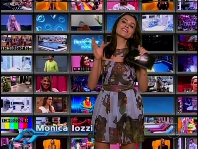 25.mar.2014 - Mônica Iozzi debocha das roupas de Tatiele.