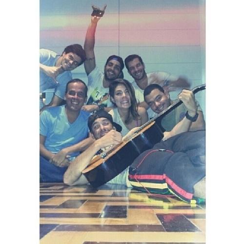 """25.mar.2014 - No dia do aniversário de Junior, o ex-BBB Mau Mau posta foto com os amigos: """"Niver de Xunin, macacada reunida e algazarra dada como certa, pura serelepisse... #ChamaNoTimer #RoniBonitoDePai #RoniFoiProChatSemSeArrumar #SapatoDaSininho #FelizAniversarioJrGianetti #AdoroD+EsseCachorroDoXunin @jrgianetti @bella_maia_ @mazonRoni @murilocalzada #MarcãoBoladão @jrgianetti"""""""