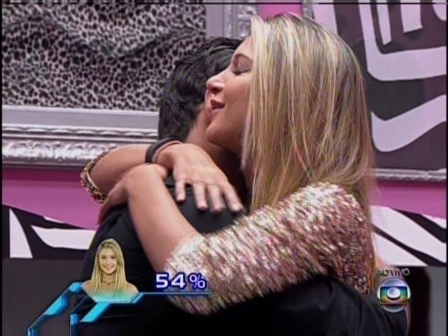 25.mar.2014 - Tatiele cumprimenta o amigo e adversário de paredão, Marcelo