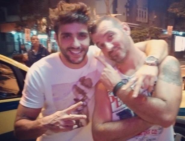 """25.mar.2014 - Vagner posa para foto com Junior na véspera do aniversário dele. """"Covarde.... Amo esse mlk...."""", brincou Vagner no Instagram"""