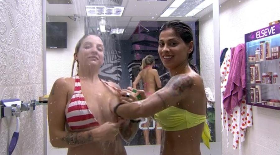 25.mar.2014 - Vanessa ajuda Clara a lavar os seios.