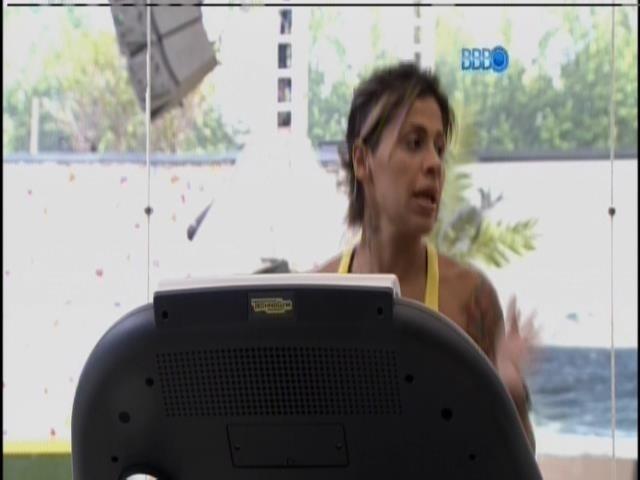 25.mar.2014 - Vanessa, Clara e Tatiele fazem esteira e spinning na academia
