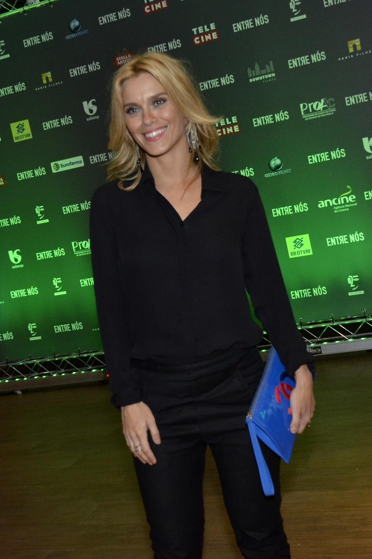 25.mar.2014- Toda de preto, Carolina Dieckmann confere pré-estreia do filme