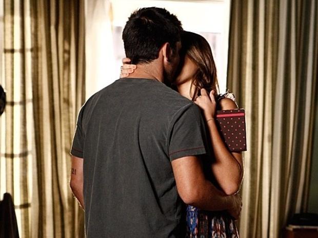 Após discussão, Luiza e André se entendem e acabam se beijando