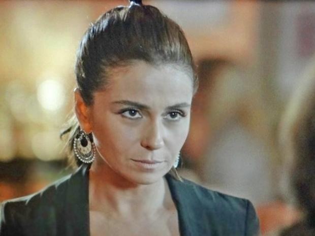 Clara confessa que sente atração por Marina e que, se não amasse Cadu, mergulharia nessa aventura