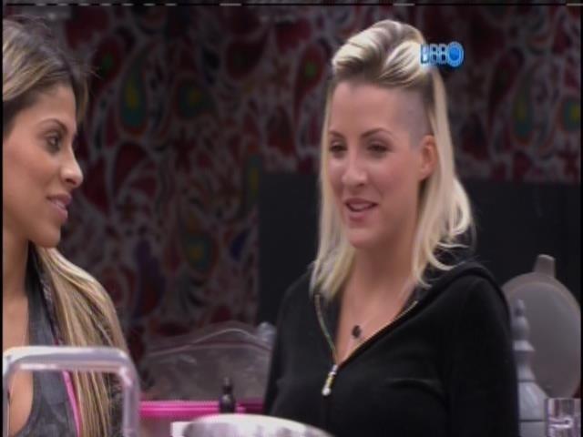 """25.mar.2014 - Clara critica Angela para Vanessa: """"Está indo em busca do segundo lugar""""."""