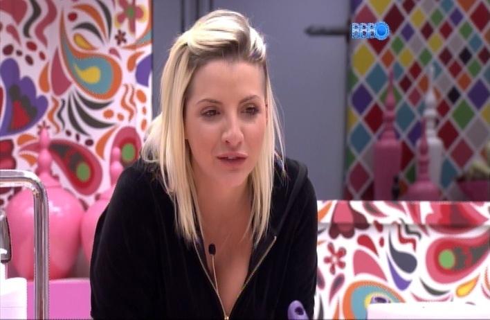 26.mar.2014 - Clara diz para Angela que não tem pena de Marcelo e que ele está posando de bonzinho no reality
