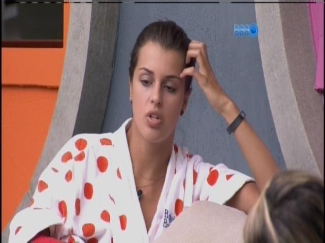 26.mar.2014 - Angela pede a Clara e Vanessa para não deixarem Marcelo isolado.