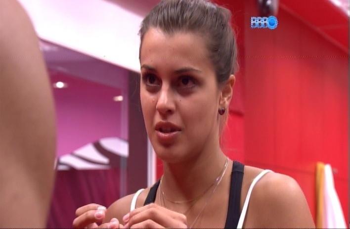26.mar.2014 - Angela revela que fez uma promessa de levar 100 velas até Aparecida, no interior de São Paulo, caso Marcelo voltasse do paredão