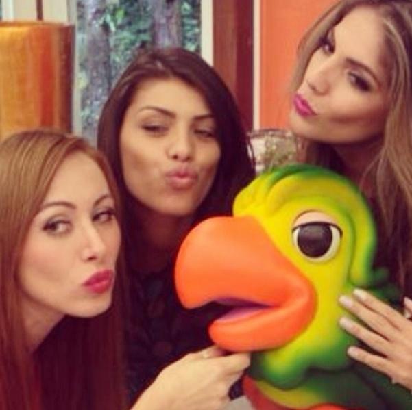 26.mar.2014 - Com a veterana Anamara, as ex-BBBs tietaram até o mascote da apresentadora, o papagaio Louro José.