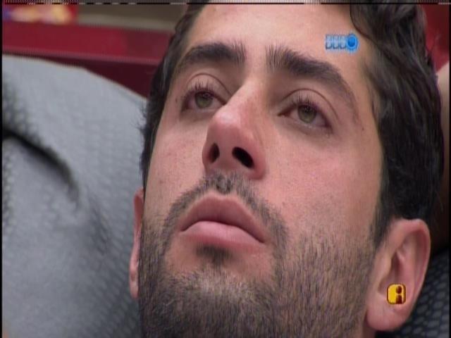 26.mar.2014 - Emocionado, Marcelo chora sozinho no quarto do líder.