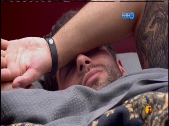 26.mar.2014 - Marcelo acorda no quarto do líder depois de dormir sozinho.
