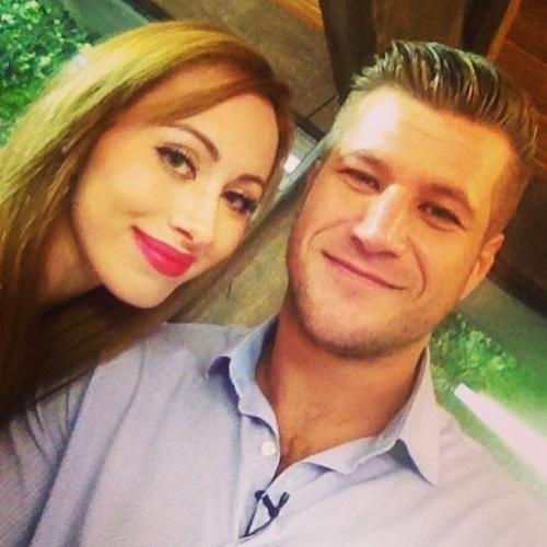 """26.mar.2014 - Nos bastidores do programa """"Mais Você"""", Aline tira foto com Diego Alemão, o campeão do """"BBB7"""". """"Esperando... já já, beijinho na Ana Maria Braga!"""", escreveu a atriz em sua conta do Instagram"""