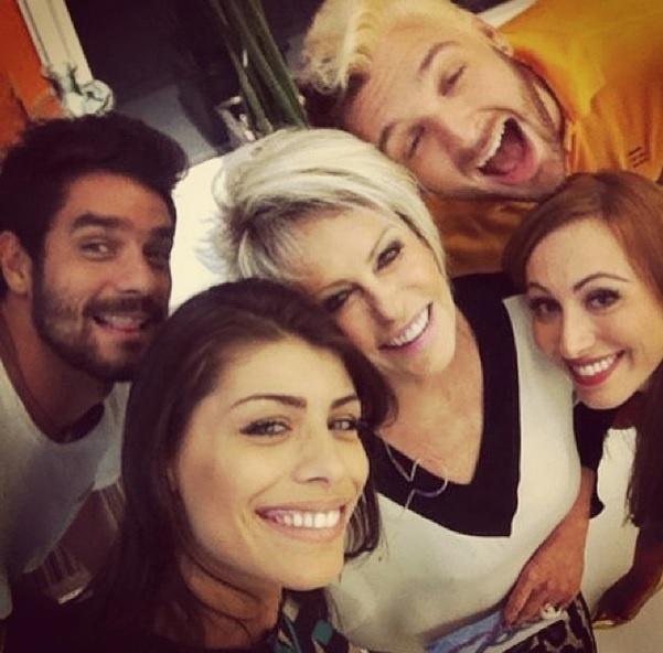 26.mar.2014 - Os eliminados Franciele, Diego, Aline e Cássio fazem foto no estilo selfie com a apresentadora Ana Maria Braga. Eles participaram do programa