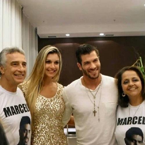 """26.mar.2014 - Pais de Marcelo postam foto ao lado do casal Roni e Tatiele: """"Nossa família esta crescendo. Valeu Brasil. #polyronicelo #amizadeverdadeira"""""""