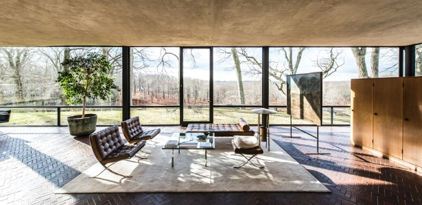 """A sala da Glass Housedesenhada por Philip Johnson reúne poltronas Barcelona, desenhadas por Mies Van der Rohe, em 1929, e o quadro """"Burial of Phocion"""", pintado em 1648 por Nicolas Poussin (à dir.) - Randy Harris/ The New York Times"""