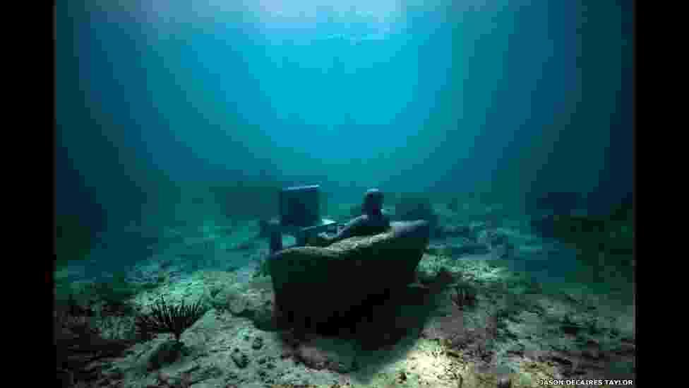 O artista Jason deCaires Taylor criou um enorme museu subaquático usando 450 esculturas em tamanho real, que foram colocadas no fundo do oceano - Jason deCaires
