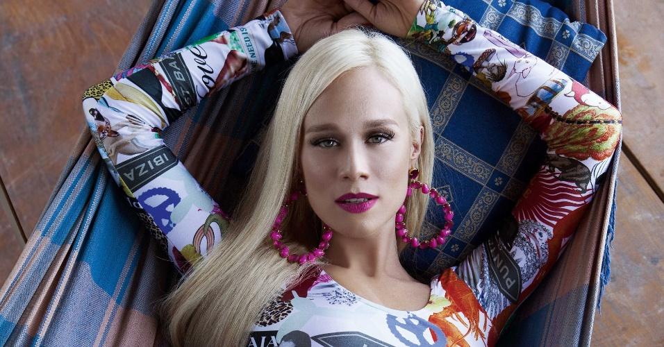 """13.mar.2014 - Mariana Ximenes posa com a barriga de fora e roupas ousadas para um ensaio da revista """"VIP"""" no morro do Vidigal, no Rio de Janeiro"""