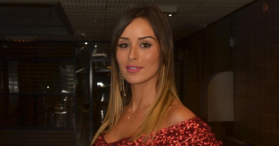 18.fev.2014 - A bela mineira posa nos corredores do Projac antes de começar as entrevistas