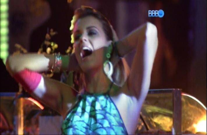 27.mar.2014 - Angela dança e canta ao lado de Clara e diz que foi muito feliz em sua passagem durante o