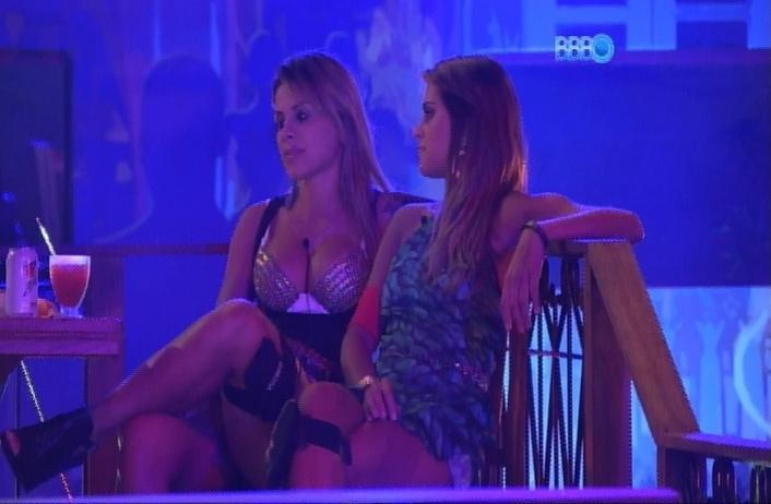 27.mar.2014 - Angela sente desânimo de Vanessa e incentiva a sister a dançar.