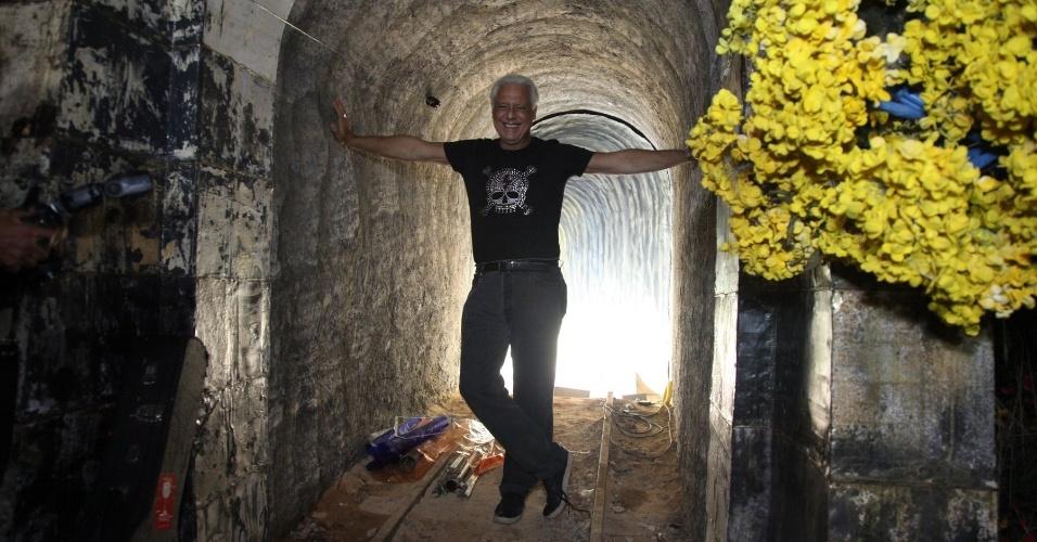 """27.mar.2014 - Antonio Fagundes posa na cidade cenografica de """"Meu Pedacinho de Chão"""", no Projac, no Rio de Janeiro"""