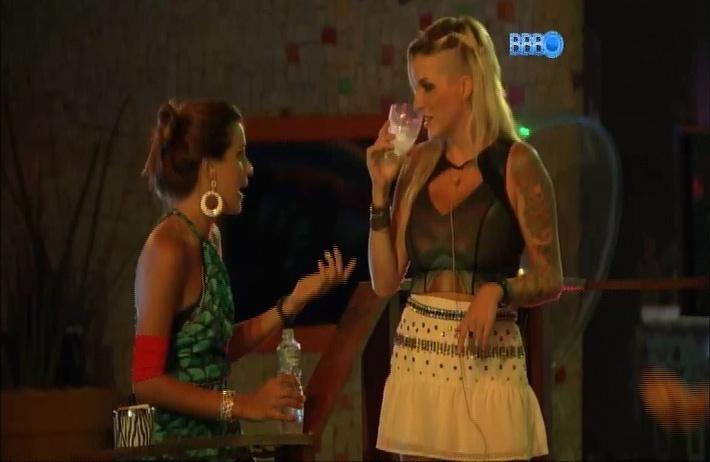 27.mar.2014 - Clara conta para Angela que saiu para vomitar durante Festa Roda de Samba.