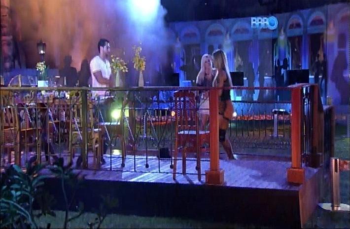 27.mar.2014 - Depois de clima pesado durante a tarde, Marcelo, Vanessa e Clara fazem as pazes durante show de Thiaguinho e dançam juntos na Festa Samba de Roda