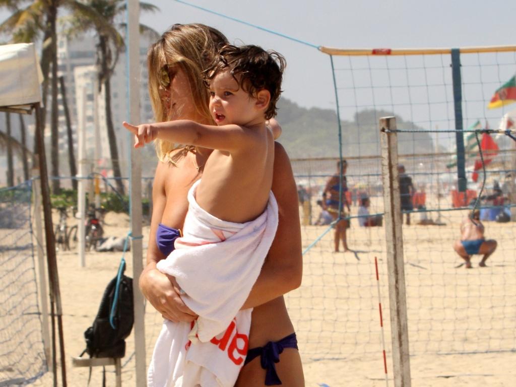 27.mar.2014 - Letícia Birkheuer deixa a praia de Ipanema, no Rio, após brincar com o filho, João Guilherme