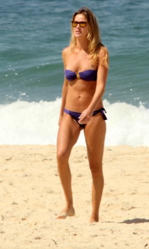 27.mar.2014 - Letícia Birkheuer exibe boa forma na praia de Ipanema, no Rio de Janeiro