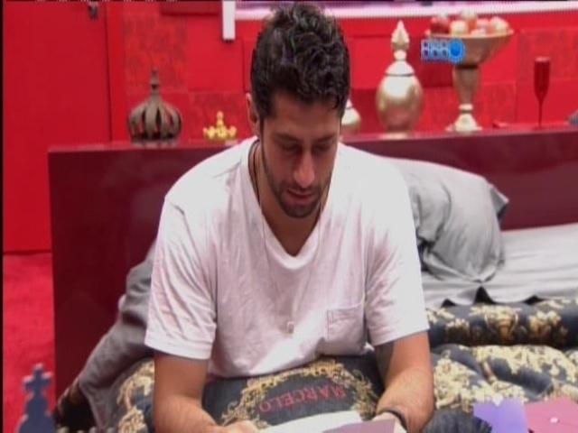 27.mar.2014 - Marcelo lê carta da família e chora sozinho no quarto do líder.