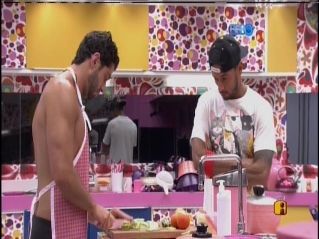 27.mar.2014 - Marcelo prepara almoço e Valter dá sua opinião.
