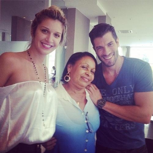 """27.mar.2014 - Roni publica foto ao lado de Tatiele e tia de Valter: """"Todo nosso carinho a esta pessoa maravilhosa Tia Zézinha,uma mulher muito especial e querida. Iluminada por Deus."""""""