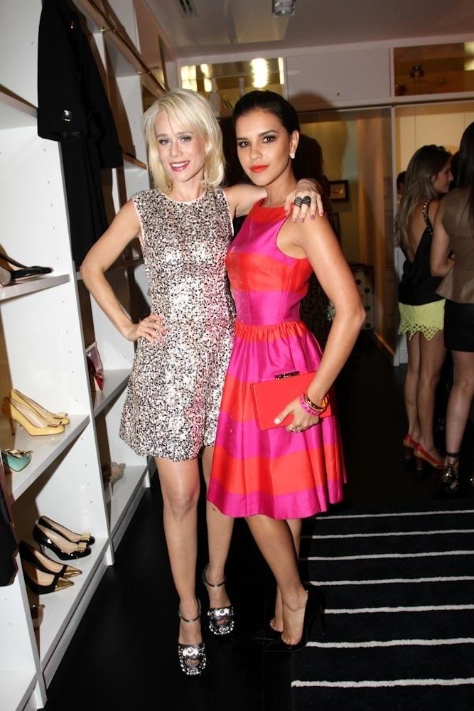 27.mar.2014- Mariana Ximenes e Mariana Rios usam vestidos elegantes em lançamento de grife em São Paulo