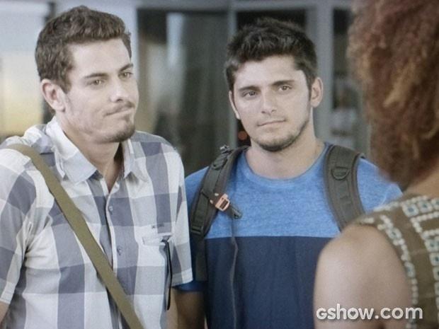 Murilo revela para André e Dulce que está solteiro